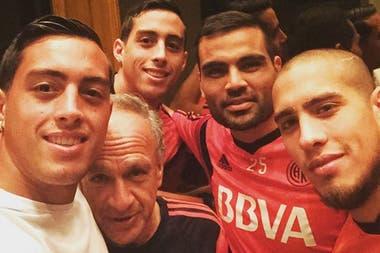Con el utilero Tula, Ramiro, Mercado y Maidana: visita al plantel de River en Monterrey, antes de la final con Tigres (2015)