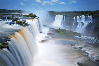 Leyenda guaraní. Boi, una malvada serpiente, enfurecida, quebró el río Iguazú y originó las imponentes Cataratas