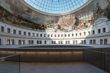 Su transformación en museo, iniciada en junio de 2017 por el arquitecto fetiche de Pinault, el japonés Tadao Ando, costó 160 millones de euros