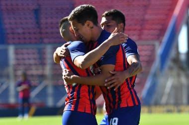 Agustín Hausch festeja con sus compañeros su segundo gol en el amistoso que San Lorenzo le ganó a Talleres de Córdoba por 2 a 1 en el Nuevo Gasómetro.