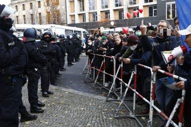 El regreso de las restricciones también ha generado una nueva oleada de protestas.