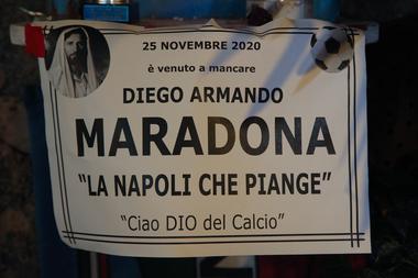 """Un santuario con la inscripción """"Maradona falleció el 25 de noviembre de 2020. Napoli llora, adiós al dios del fútbol"""" se muestra en la llamada """"Esquina Maradona"""" en la parte superior del Quartieri Spagnoli en Nápoles"""