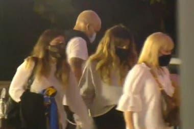 Dalma, con la camiseta de Boca en la mano, y Giannina Maradona junto a su madre, Claudia Villafañe, ingresan a la Casa Rosada