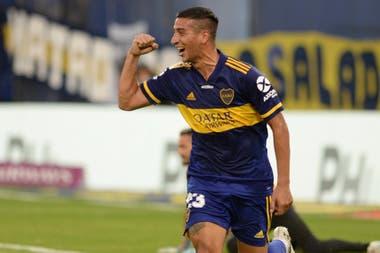 Puño derecho en alto y sonrisa plena: Diego González acaba de anotar el primer gol de Boca en la Bombonera.