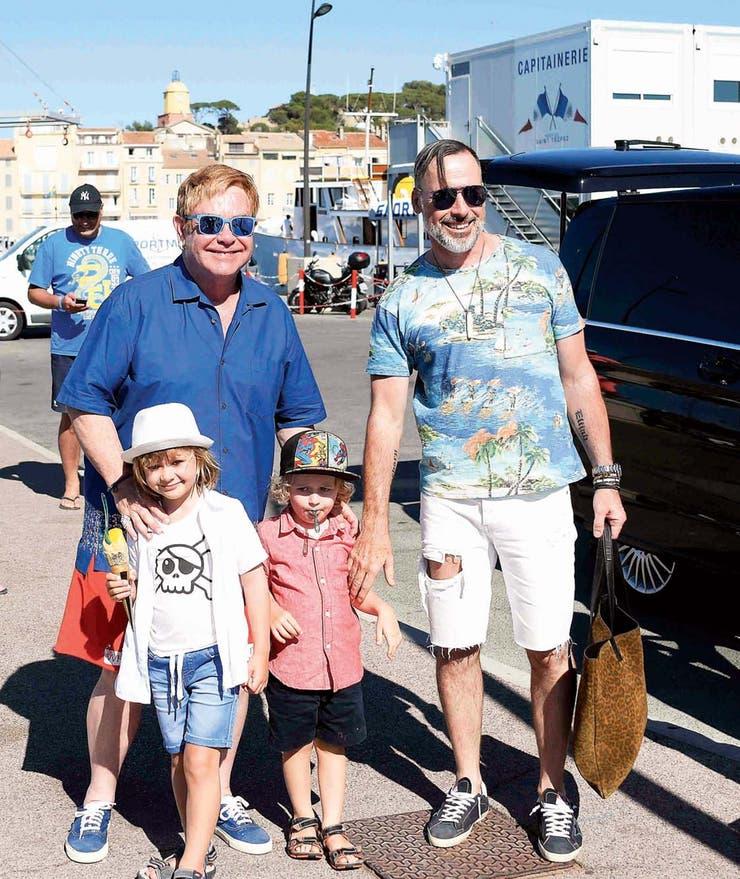 El músico y su marido, David Furnish, junto a los pequeños Zachary y Elijah. FOTO: Agencias