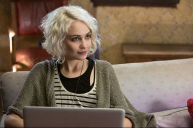 Tuppence Middleton como Riley Blue