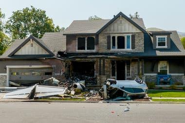 En las fotografías del choque puede verse al avión blanco quemado y destrozado en el jardín delantero cerca de un automóvil volcado