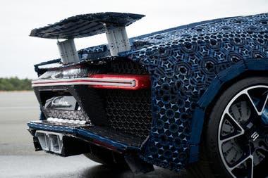 Para la réplica del Bugatti Chiron se utilizaron las piezas Technic de Lego, que se suelen emplear para modelos más complejos, ya que dispone de ejes, partes especiales y hasta pequeños motores eléctricos