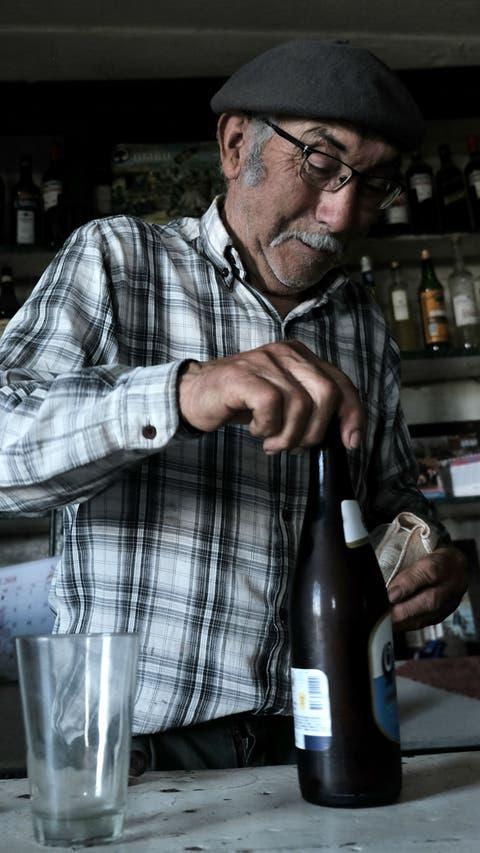 A sus 80 años, Don Generoso atiende la pulpería más vieja de