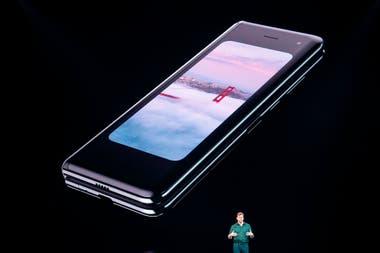 Así se ve el teléfono cuando está cerrado; la pantalla es de 4,6 pulgadas, y más alargada que una convencional