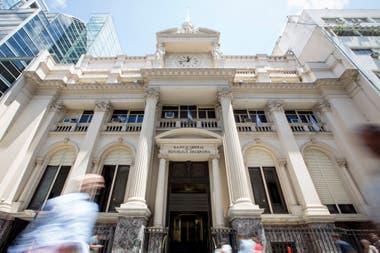 El Banco Central dispuso suspender el vencimiento de las tarjetas