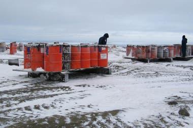 Una vez llenos, los tambores de residuos se clasifican, se sellan y se ubican sobre pallets al aire libre