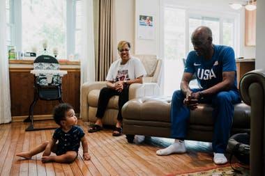 Allie, con su nieto y su esposa Jackie, en su hogar en Pittsburgh