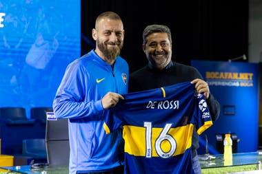 Daniel Angelici y De Rossi, durante la presentación del futbolista italiano en la Bombonera, ayer.
