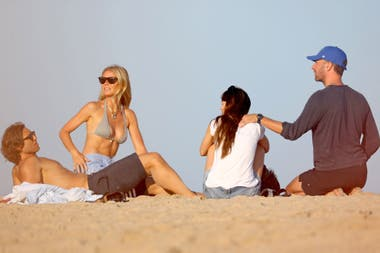 Gwyneth Paltrow y Chris Martin disfrutaron del sol con sus respectivas parejas, Brad Falchuk y Dakota Johnson