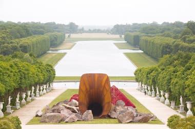 Dirty Corner, obra instalada en 2015 en los jardines del Palacio de Versailles, fue considerada ofensiva y atacada con grafitis