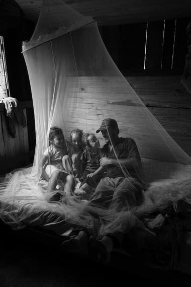 Padre e hijas en la selva Misionera