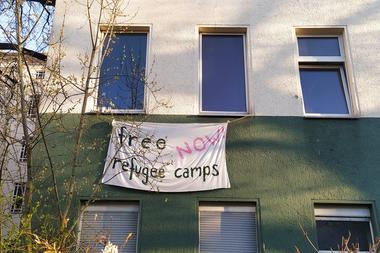 Al estar prohibidas las aglomeraciones públicas, los alemanes llevaron los reclamos a sus ventanas