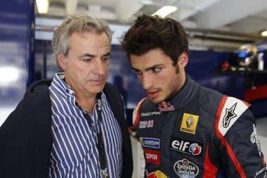 Padre y consejero: Carlos Sainz, bicampeón mundial de Rally y tres veces ganador del Rally Dakar, dialoga con su hijo