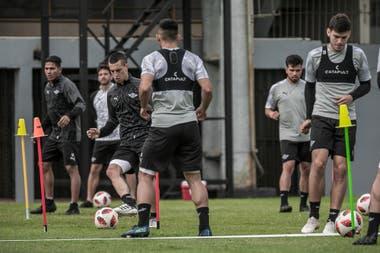 Los jugadores de Libertad, el equipo que dirige Ramón Díaz, realizan ejercicios con pelota. El paraguayo es el único de los torneos sudamericanos de primera división que se está jugando.