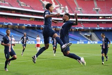 Festejan el 1-0 del PGS Marquinhos, autor del gol, y Neymar, al que le habían cometido la falta
