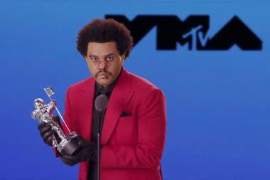 The Weeknd, con pelo afro, traje rojo y guantes