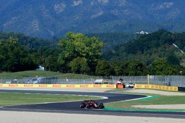 Ferrari es local en Mugello: en 1988 compró el autódromo y allí festeja sus 1000 carreras en la mejor categoría del automovilismo, con un color especial; Charles Leclerc transita la parte más lenta de un trazado en el que nunca se baja de la cuarta marcha.
