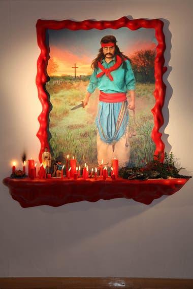 El Gauchito Gil. El santo popular correntino protagoniza esta obra de Marcos López, presentada como altar con las velas coloradas que siempre lo acompañan