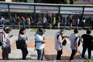 Largas filas para subir al colectivo en la estación Liniers