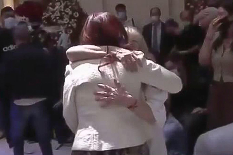 La muerte de Diego Maradona. El abrazo de Cristina Kirchner a Claudia Villafañe