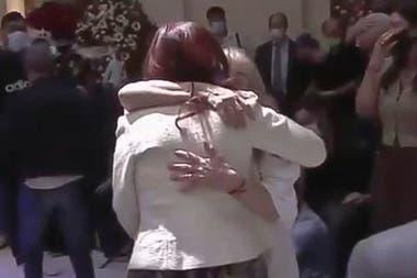 La Muerte De Diego Maradona El Abrazo De Cristina Kirchner A Claudia Villafane La Nacion