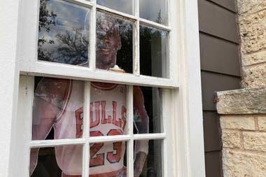 Tampoco falta en la decoración de la pareja texana la imagen tamaño natural de Michael Jordan, que el niño usa en el film para fingir que no está solo