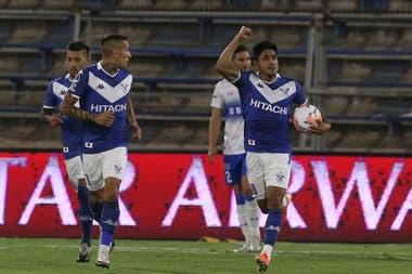 Cristian Tarragona convirtió de penal el primer gol de Vélez en el partido contra Universidad Católica, en Chile y por la vuelta de los cuartos de final de la Copa Sudamericana.