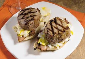 Sándwiches de peceto, panceta y mayonesa de papa