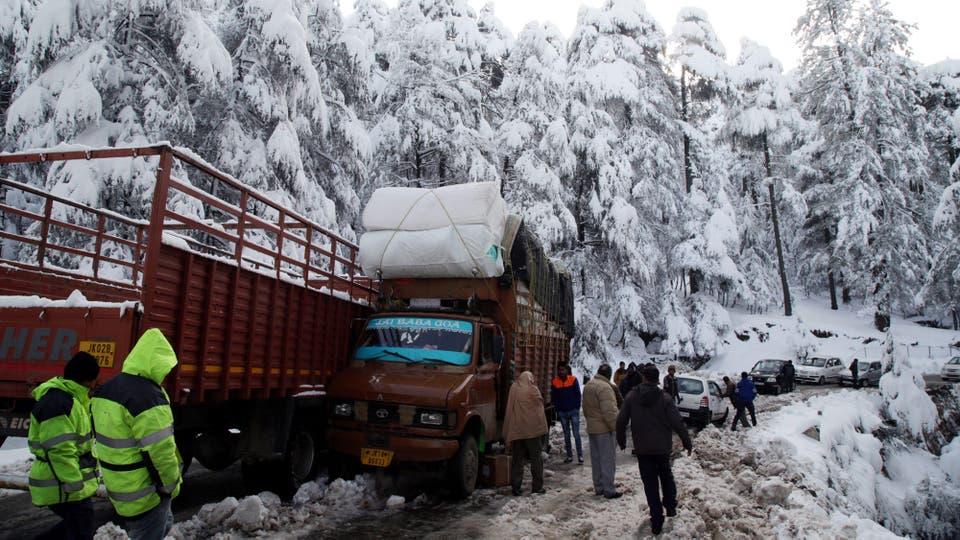 Varias rutas cortadas por las fuertes nevada en Jammu, India, se registraron varios accidentes de tránsito. Foto: EFE / Jaipal Singh