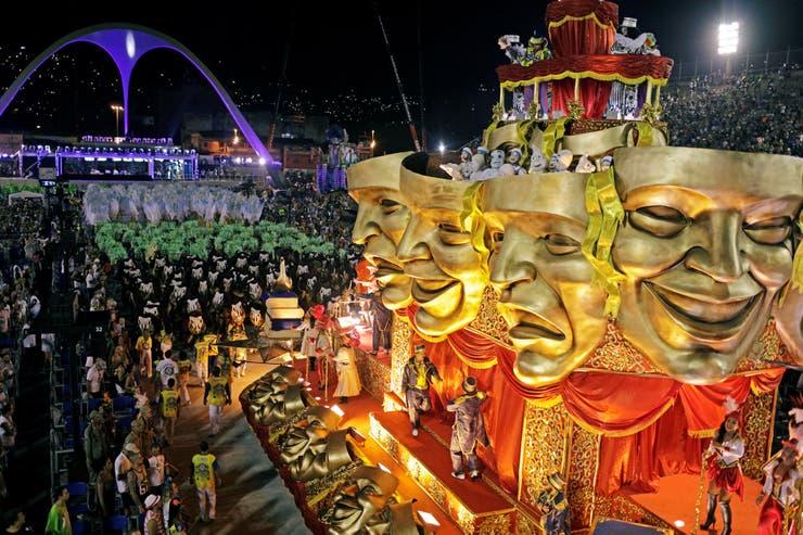En la presentación de la escuela de samba Unidos da Tijuca se vieron enormes máscaras