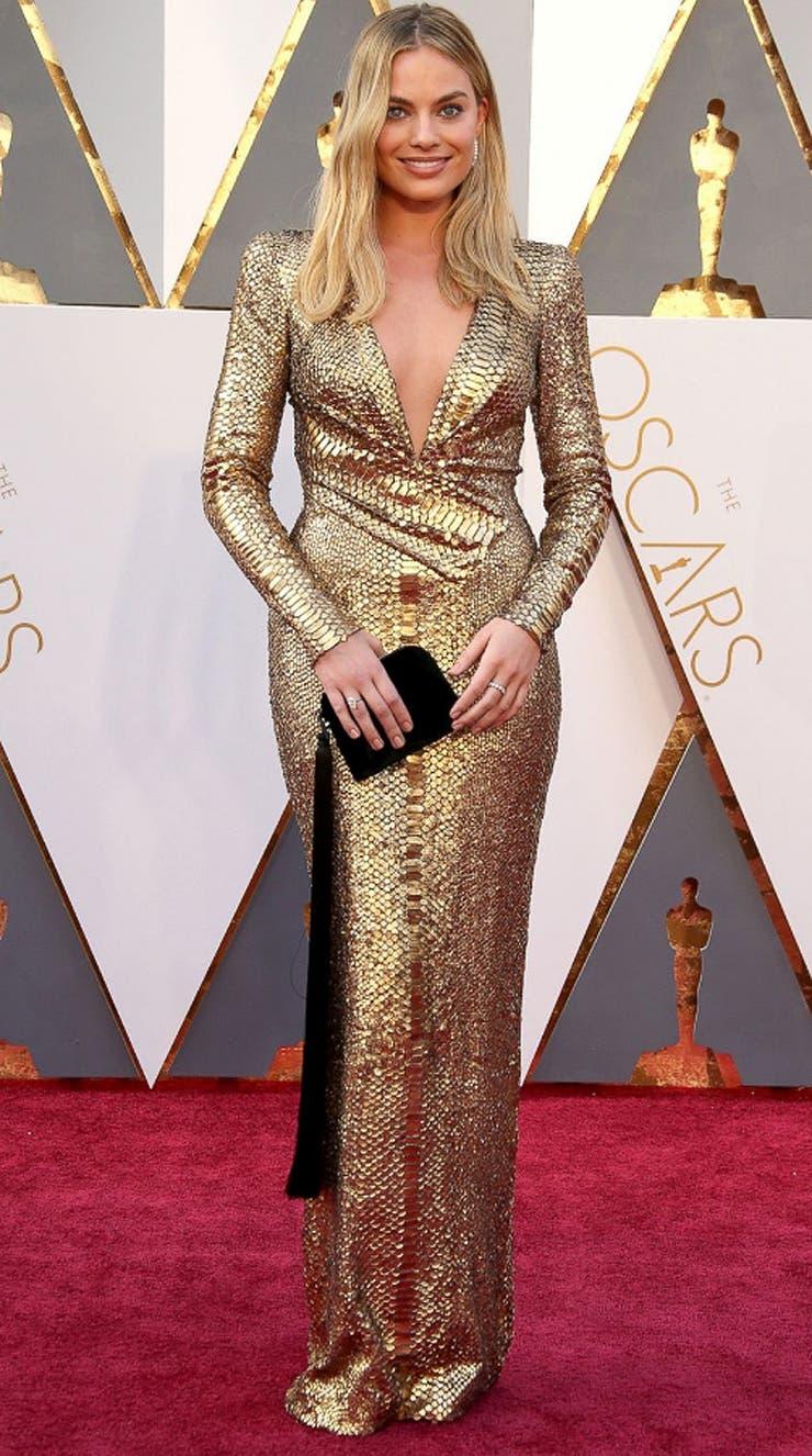 La ´golden girl´australiana Margot Robbie lució un diseño de Tom Ford en 2016 que le valió algunos chistes; lejos de vestirse de Oscar, la actriz avanzó un paso más en la escalera del estilo