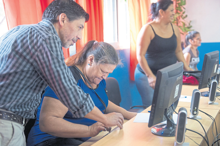 Alfabetización tecnológica: clase de computación para adultos en un Punto Digital (centros públicos con conexión gratuita a Internet) en el partido bonaerense de Quilmes