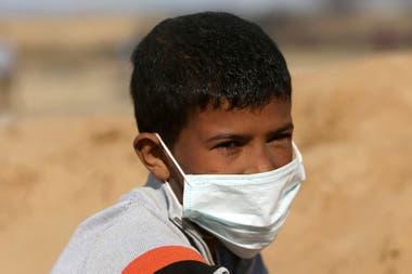 Un chico recurrió a un barbijo para combatir el efecto de los gases lacrimógenos