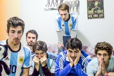 Fanáticos de la selección argentina se graban mientras ven el partido