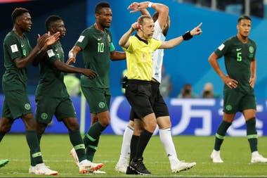 El efecto VAR: el árbitro turco Cüneyt Çakir hace la seña de la revisión de jugada en los monitores por una mano de Rojo; luego de observar las imágenes, dijo que no fue penal
