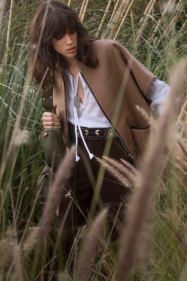 Abrigo de lana [Aloud]. Blusa de algodón [Rapsodia]. Pantalón cargo de gamuza [Redondo Frydman]. Cinturón con tacha [Rapsodia].