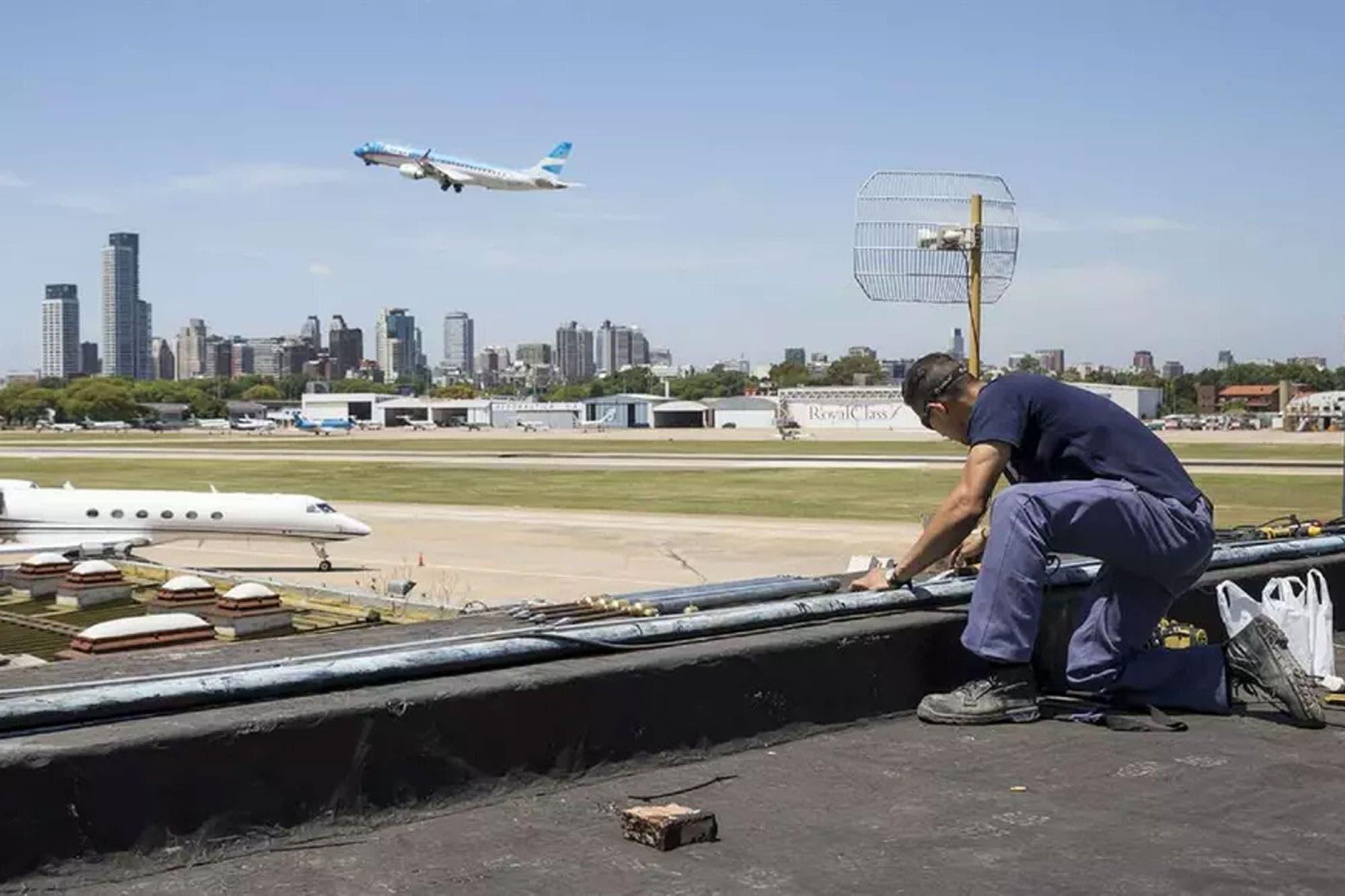 Detienen a un piloto por interferir en las comunicaciones con un avión en Aeroparque