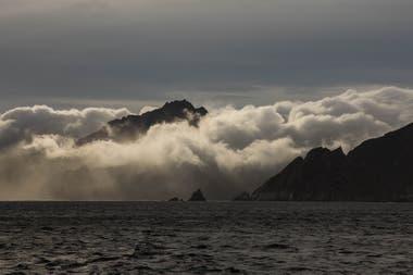"""El clima en la Isla de los Estados: """"bello desde lejos, pero cuando nos acercamos a la bahía bajo las nubes se siente como si nos devorara una pared de agua"""" dice Enric Sala fotógrafo de la expedición"""