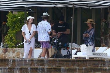 Chris Pratt, sonriente junto a Katherine, a la madre de la joven, Maria Shriver y su hermano, Patrick