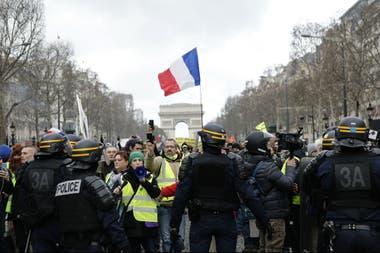 Las marchas se despliegan todos los sábados en París y otras ciudades francesas, con el gobierno de Emmanuel Macron como objetivo del repudio general