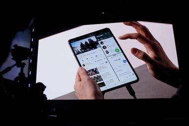 Cuando está abierto, el Galaxy Fold ofrece una pantalla de 7,3 pulgadas y puede mostrar tres aplicaciones en pantalla