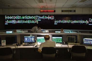 28 supervisores miran constantemente el diagrama de las vías, donde se ven, en tiempo real, los trenes moviéndose como en un videojuego.