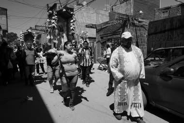 Una procesión, en la Villa 31