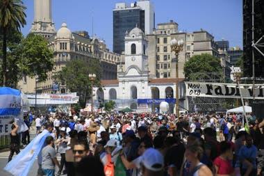 La gente se reúne en Plaza de Mayo